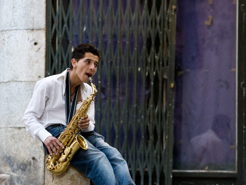 saxophon-spieler-draussen
